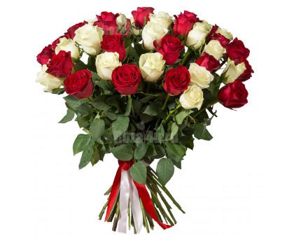 Букет из 51 белых и красных высоких роз