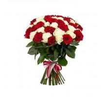 Букет из 51 белых и красных роз средней длины