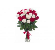 Букет из 21 белых и красных роз средней длины